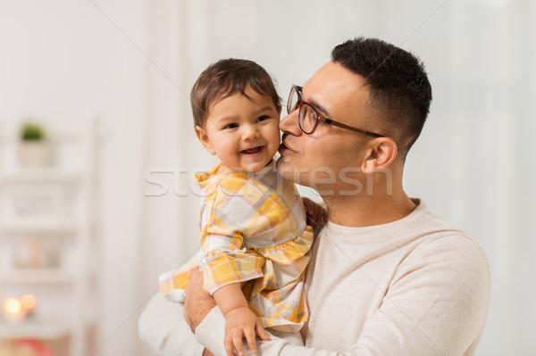 Heureux père baiser peu bébé fille Photo stock © dolgachov