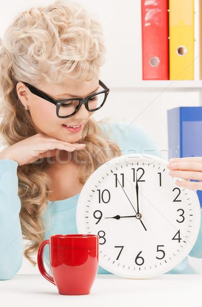Atractivo mujer de negocios reloj rojo taza Foto Foto stock © dolgachov