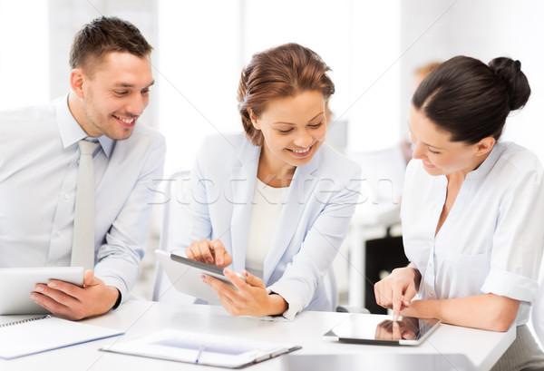 Stock fotó: üzleti · csapat · dolgozik · tabletta · iroda · mosolyog · üzlet