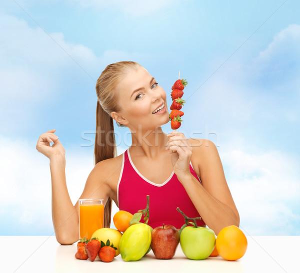 Gülümseyen kadın organik gıda yeme çilek uygunluk diyet Stok fotoğraf © dolgachov