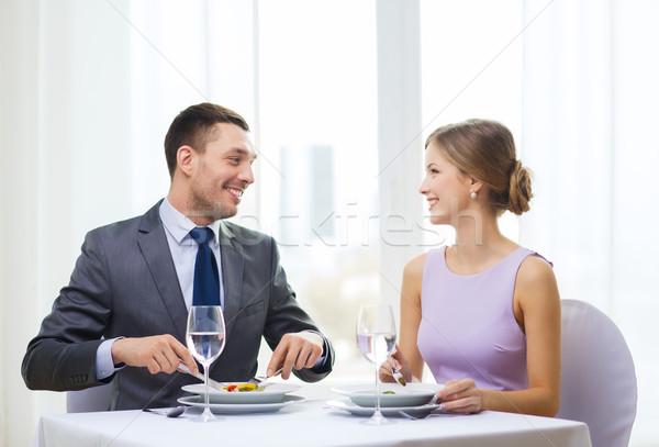 Sonriendo Pareja comer aperitivos restaurante vacaciones Foto stock © dolgachov