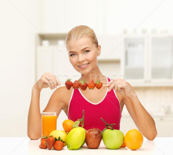 Gülen genç kadın organik gıda tablo uygunluk diyet Stok fotoğraf © dolgachov