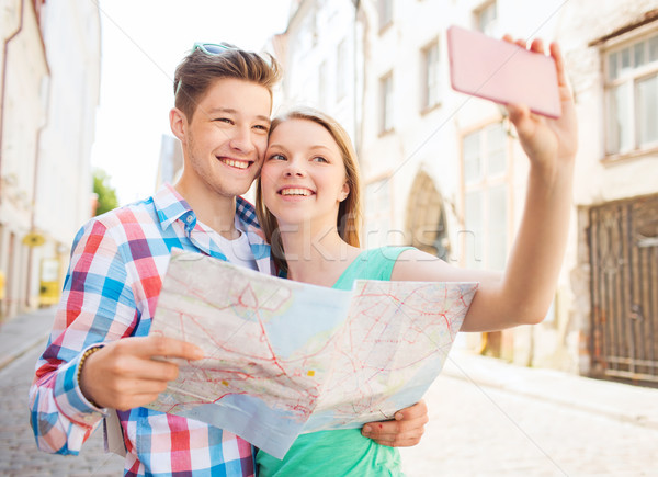 улыбаясь пару смартфон город путешествия отпуск Сток-фото © dolgachov