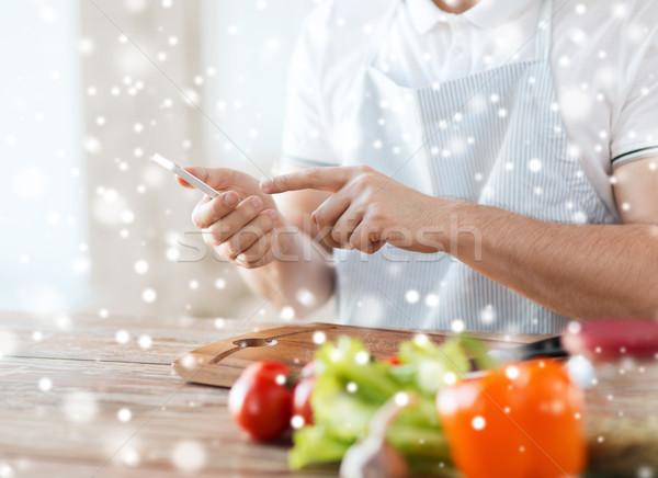 Közelkép férfi olvas recept okostelefon főzés Stock fotó © dolgachov