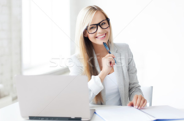 Stockfoto: Zakenvrouw · documenten · foto · glimlachende · vrouw · pen
