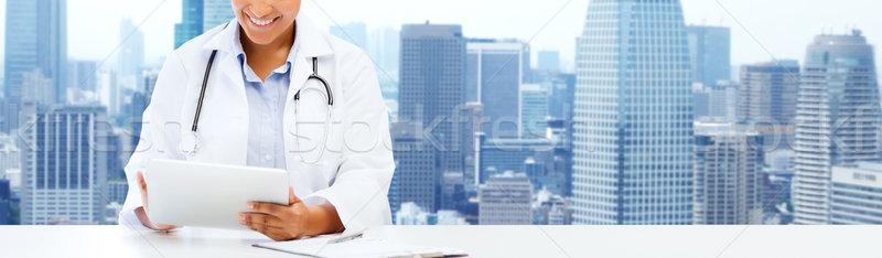Gelukkig afrikaanse vrouwelijke arts gezondheidszorg Stockfoto © dolgachov