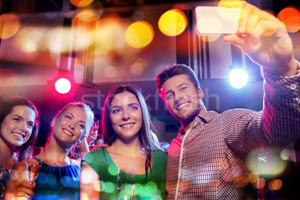 Vrienden smartphone nachtclub partij vakantie Stockfoto © dolgachov