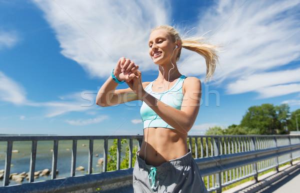 Felice donna frequenza cardiaca guardare fitness Foto d'archivio © dolgachov