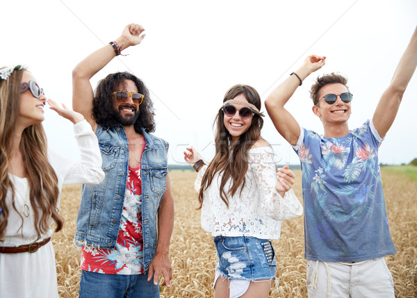 Feliz jóvenes hippie amigos baile aire libre Foto stock © dolgachov