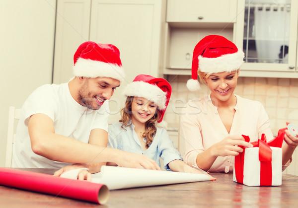 Sorridente família ajudante caixa de presente Foto stock © dolgachov