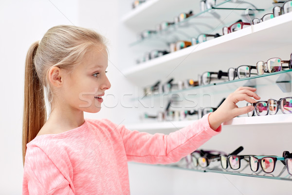 Nina gafas óptica tienda Foto stock © dolgachov
