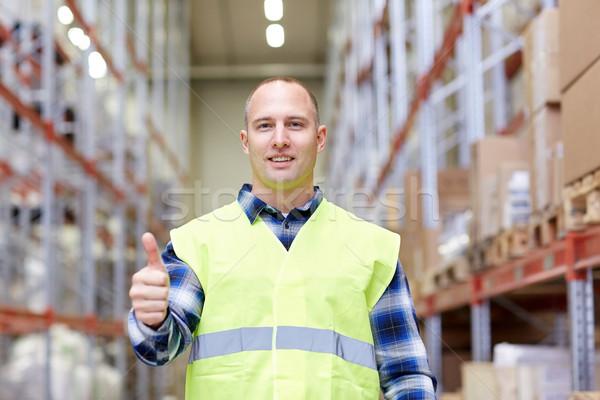 Gelukkig man tonen gebaar magazijn Stockfoto © dolgachov