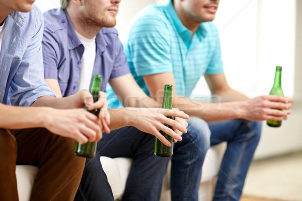 Zdjęcia stock: Szczęśliwy · mężczyzna · znajomych · piwa · oglądania · telewizja