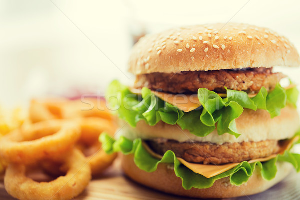 Hamburger cheeseburger tabel fast food ongezond eten Stockfoto © dolgachov
