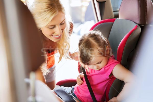Feliz madre nino coche asiento cinturón Foto stock © dolgachov
