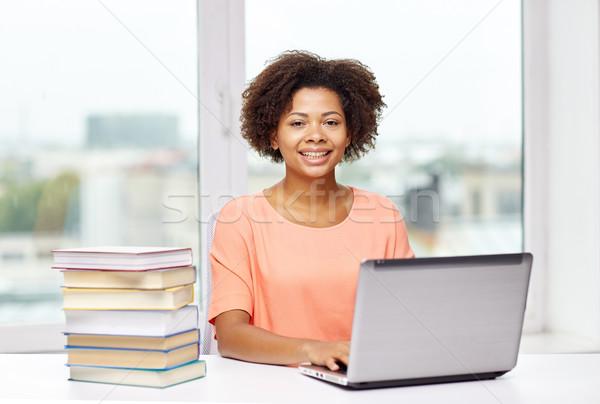 Felice african american donna laptop home persone Foto d'archivio © dolgachov