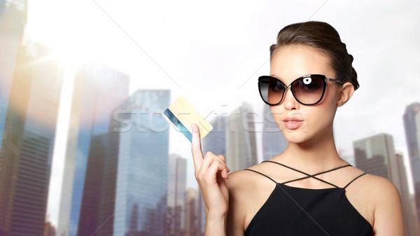 Mooie jonge vrouw elegante zwarte zonnebril winkelen Stockfoto © dolgachov