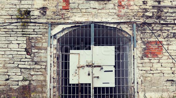 Oude gevangenis poort gebouw deur metaal Stockfoto © dolgachov