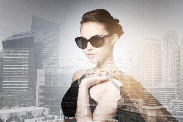 Mutlu kadın siyah güneş gözlüğü satış Stok fotoğraf © dolgachov