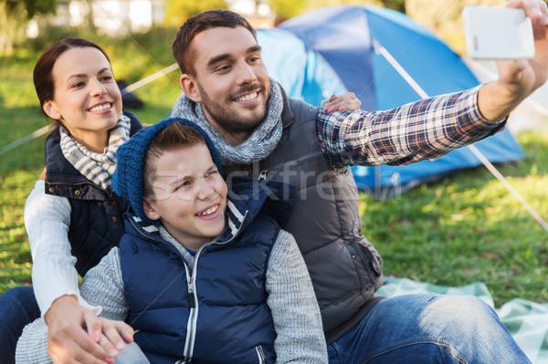 Család okostelefon elvesz táborhely kempingezés túrázik Stock fotó © dolgachov