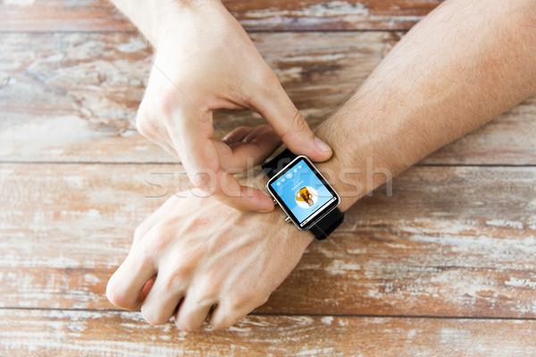 Közelkép kezek zenelejátszó okos óra üzlet Stock fotó © dolgachov
