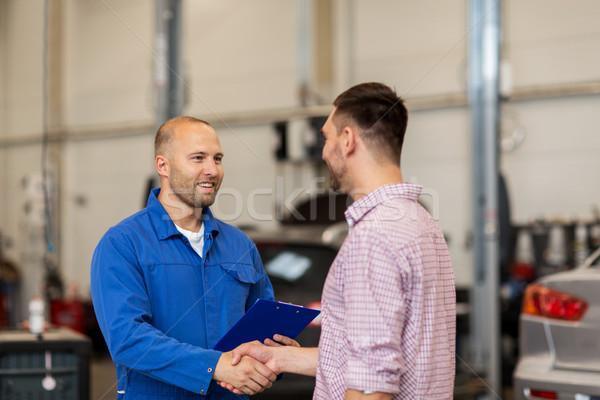 Foto stock: Mecânico · de · automóveis · homem · aperto · de · mãos · carro · compras · automático