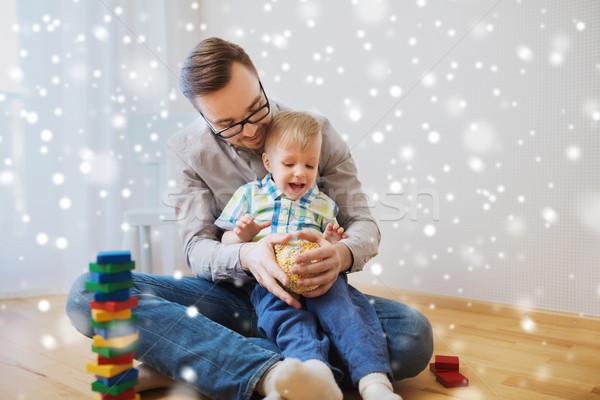 Père en fils jouer balle argile maison famille Photo stock © dolgachov