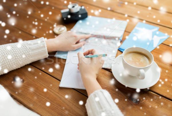 Handen kaart koffie schrijven notebook winter Stockfoto © dolgachov