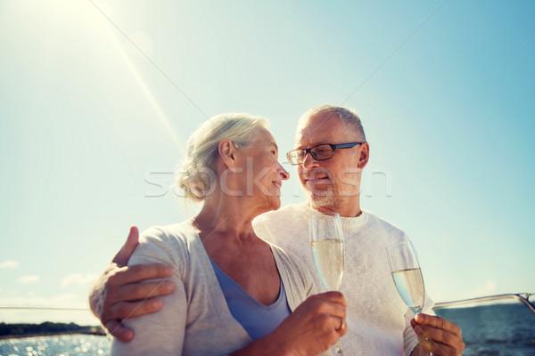 Casal de idosos potável champanhe velejar barco navegação Foto stock © dolgachov