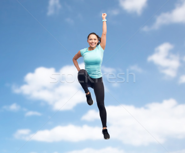 Gelukkig glimlachend jonge vrouw springen lucht Stockfoto © dolgachov
