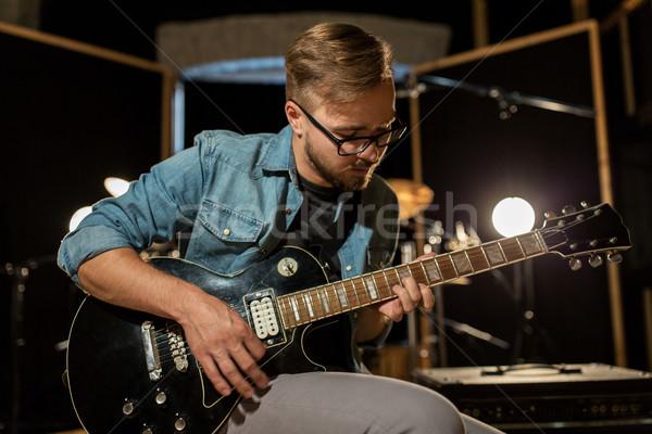 Foto d'archivio: Uomo · giocare · chitarra · studio · prova · musica