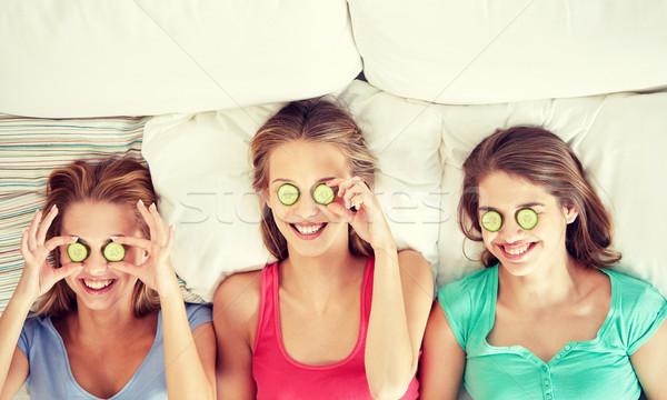 Foto d'archivio: Felice · giovani · donne · cetriolo · maschera · letto · persone