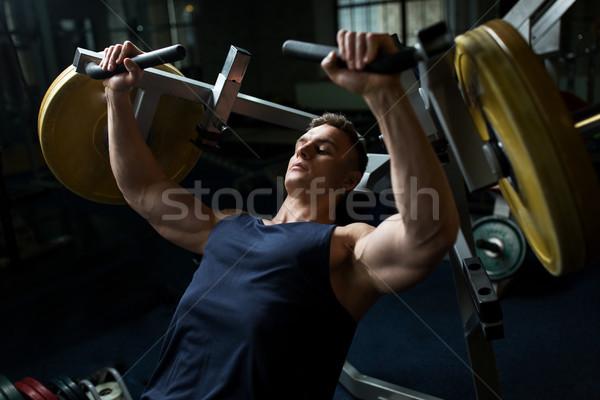 человека груди прессы осуществлять машина спортзал Сток-фото © dolgachov