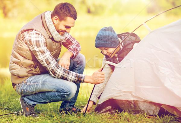 Szczęśliwy syn ojca w górę namiot odkryty podróży Zdjęcia stock © dolgachov