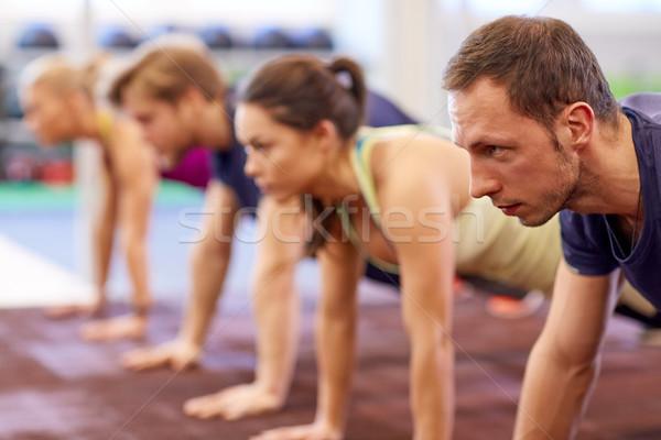 Grupy ludzi prosto ramię deska siłowni fitness Zdjęcia stock © dolgachov