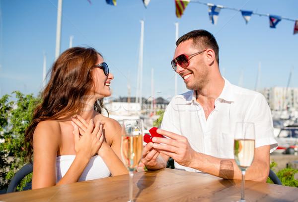 Glimlachend paar champagne geschenk cafe liefde Stockfoto © dolgachov
