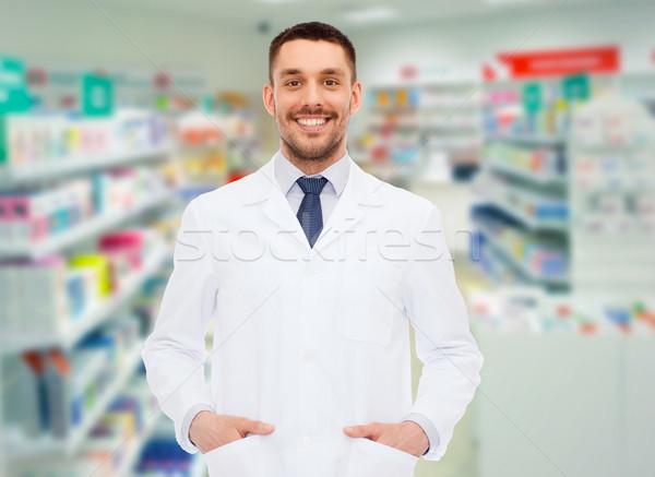 Glimlachend mannelijke apotheker witte jas drogist Stockfoto © dolgachov