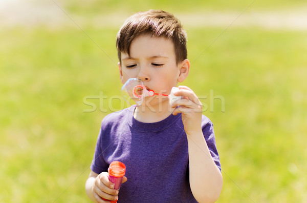 Weinig jongen zeepbellen buitenshuis zomer Stockfoto © dolgachov