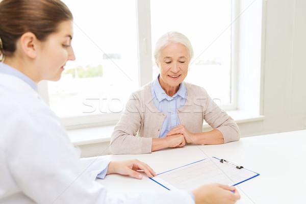 Stockfoto: Arts · senior · vrouw · ziekenhuis · geneeskunde