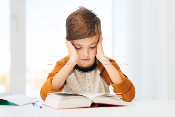 Student jongen lezing boek leerboek home Stockfoto © dolgachov