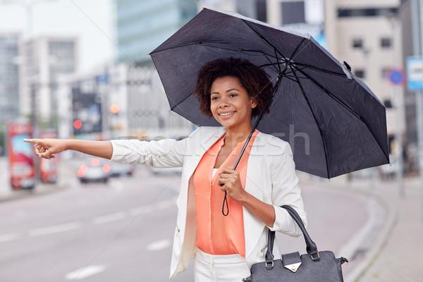 Boldog afrikai nő esernyő taxi üzleti út Stock fotó © dolgachov