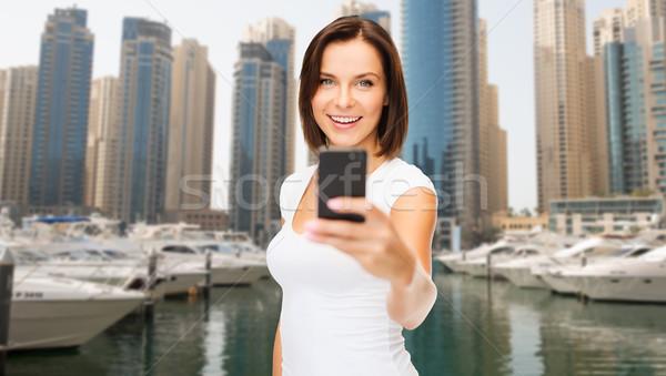 Vrouw foto smartphone Dubai stad Stockfoto © dolgachov
