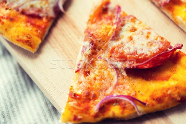 Eigengemaakt pizza slice houten tafel fast food Italiaans Stockfoto © dolgachov
