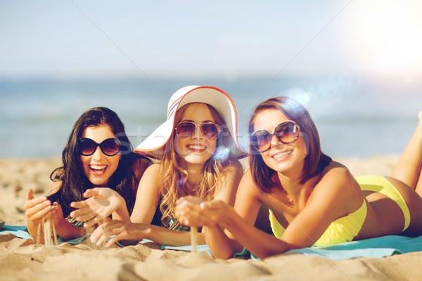 Ragazze prendere il sole spiaggia estate vacanze vacanze Foto d'archivio © dolgachov