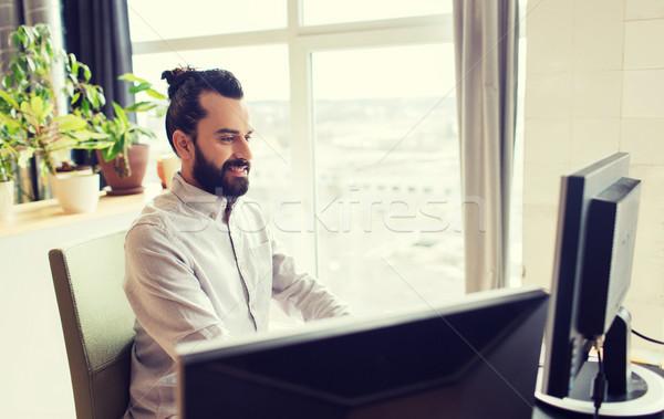 Boldog kreatív férfi irodai dolgozó számítógép üzlet Stock fotó © dolgachov