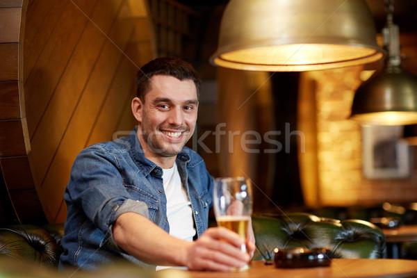 Feliz homem potável cerveja bar pub Foto stock © dolgachov