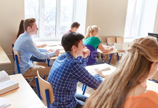 Groep studenten notebooks school les onderwijs Stockfoto © dolgachov