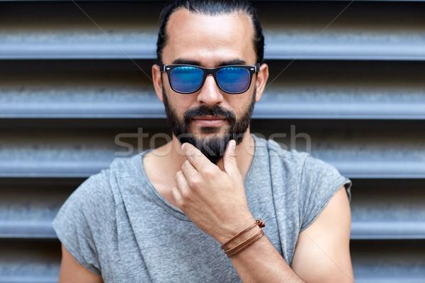 Homem óculos de sol tocante barba rua estilo de vida Foto stock © dolgachov