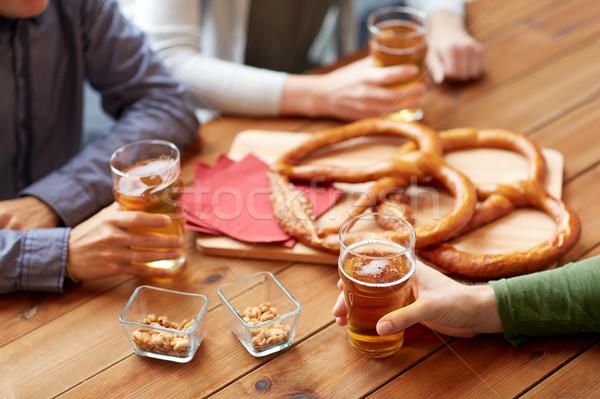 Homens potável cerveja salgadinhos pub Foto stock © dolgachov