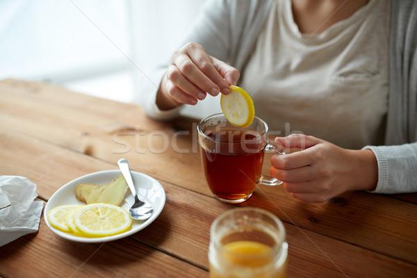 Közelkép nő citrom teáscsésze egészség hagyományos Stock fotó © dolgachov